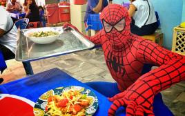 スパイダーマンがお届け! パタヤの行列ができるソムタム屋に行ってきた。