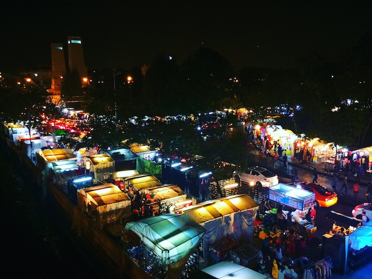 saphan phut night market