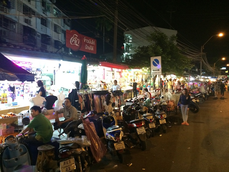 huaikhwang night market